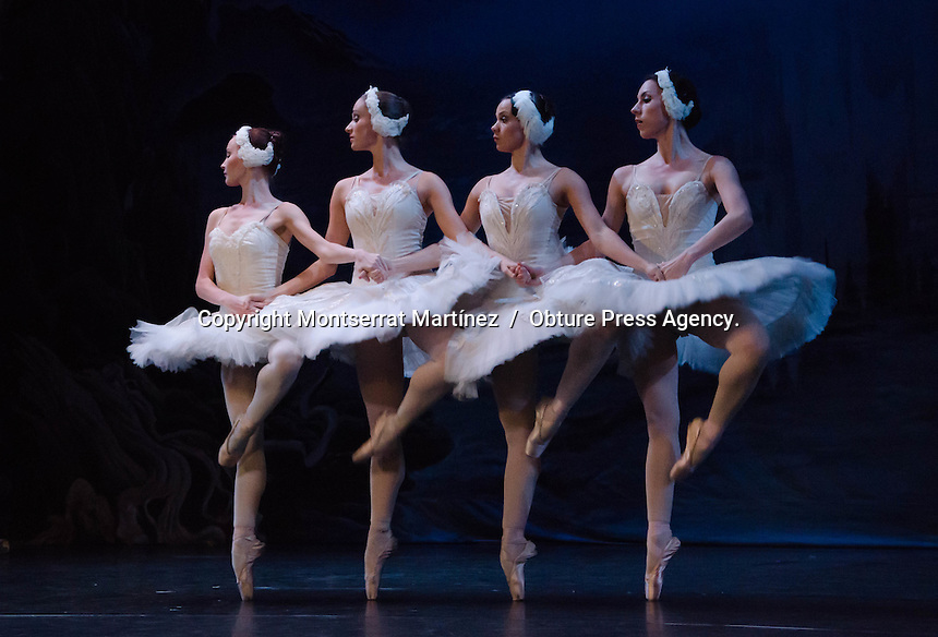 Oaxaca de Ju&aacute;rez. 10 de marzo de 2014.- El Ballet Cl&aacute;sico de San Petesburgo, de Victor Korolkov, present&oacute; &quot;El Lago de los Cisnes&quot; en el Teatro Macedonio Alcal&aacute;, de la ciudad de Oaxaca de Ju&aacute;rez,<br /> <br /> Ante un lleno total, cuarenta bailarines representaron en tres actos, con una duraci&oacute;n total de dos horas y media, esta emotiva pieza, ambientados por m&aacute;s de una tonelada y media de escenograf&iacute;a y vestuario.&nbsp;<br /> <br /> Cabe destacar que los integrantes del Ballet Cl&aacute;sico de San Petesburgo, Rusia, son graduados de la escuela Vaganova, y entre sus puestas en escena destacan &quot;Giselle&quot;, &quot;La Bella Durmiente&quot; y &quot;El Cascanueces&quot;.&nbsp;<br /> <br /> <br /> Foto: Montserrat Mart&iacute;nez  /  Obture Press Agency.