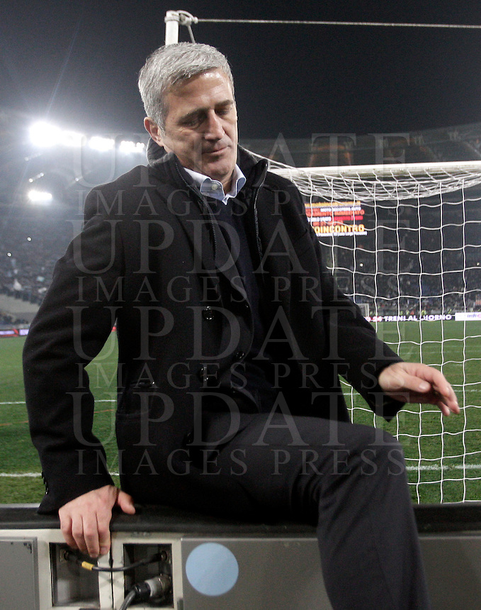 Calcio, semifinale di ritorno di Coppa Italia: Lazio vs Juventus. Roma, stadio Olimpico, 29 gennaio 2013..Lazio coach Vladimir Petkovic, of Bosnia, makes his way to greet fans at the end of the Italy Cup football semifinal return leg match between Lazio and Juventus at Rome's Olympic stadium, 29 January 2013. Lazio won 2-1 to reach the final match scheduled on May..UPDATE IMAGES PRESS/Riccardo De Luca