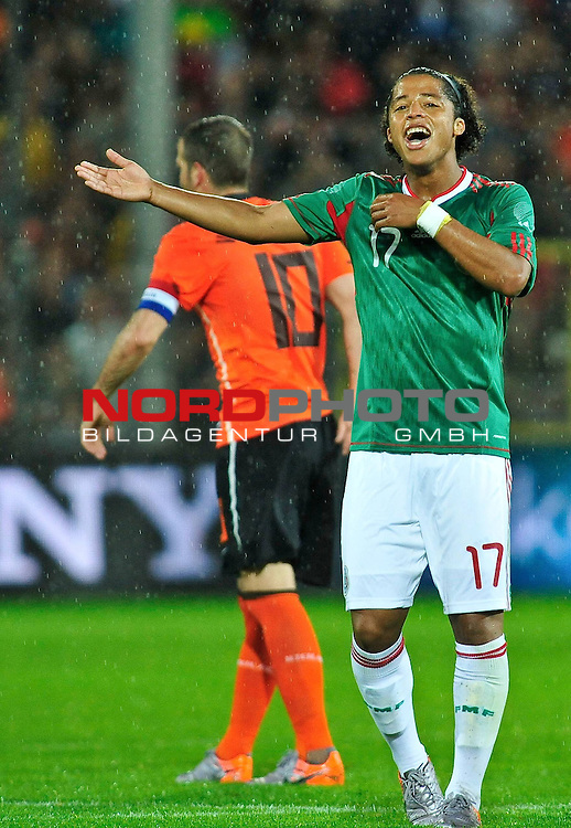 26.05.2010, Badenova Stadion, Freiburg, GER, FIFA Worldcup Vorbereitung, Niederlande vs Mexiko, im Bild Giovani dos Santos (Mexiko #17) und dahinter Rafael van der Vaart (Niederlande #10)  Foto &copy; nph / Roth *** Local Caption *** Fotos sind ohne vorherigen schriftliche Zustimmung ausschliesslich f&uuml;r redaktionelle Publikationszwecke zu verwenden.<br /> <br /> Auf Anfrage in hoeherer Qualitaet/Aufloesung