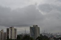 SAO PAULO, SP, 23 DE MAIO DE 2013 - CLIMA TEMPO - SAO PAULO - Capital vive manhã nublada e de baixas temperaturas, na região central, nesta quinta feira, 23.  (FOTO: ALEXANDRE MOREIRA / BRAZIL PHOTO PRESS)