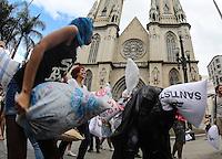 SAO PAULO, SP, 06 ABRIL 2013 - PILLOW FIGHT  - Jovens participam de Guerra de Travesseiros (Pillow Fight) evento combinado pela internet onde mais de 20 cidades no mundo, entre elas Londres, Nova York, Paris e Sydney, participaram da brincadeira do International Pillow Fight Day (O Dia Mundial da Guerra de Travesseiros) na Praça da Sé regiao central da cidade de Sao Paulo. FOTO: VANESSA CARVALHO - BRAZIL PHOTO PRESS.