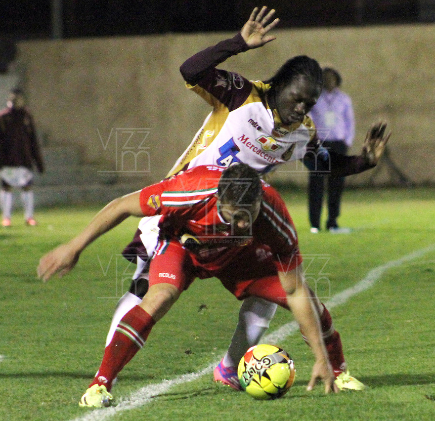 TUNJA -COLOMBIA, 22-OCTUBRE-2014. Yimmi Chara jugador del Deportes Tolima ( Derecha) disputa el balon con Nicolas Carreno de Patriota FC . Accion de juego entre los equipos Patriotas de Boyaca y Deportes Tolima por la semifinal de la Copa Postobon 2014-II ,  jugado en el estadio La Independencia  de la ciudad de Tunja./  Yimmi Chara of Deportes Tolima  (R)  struggles the ball with  Nicolas Carreno of Patriota of Boyaca . Action game between Patriotas de Boyaca team and  Deportes Tolima team  in the semifinals of the Copa Postobon 2014-II played in Independence Stadium in the city of Tunja.Photo / VizzorImage / Cesar Melgarejo / Staff