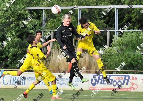 2015-07-08 / voetbal / seizoen 2015-2016 / Lierse - Alemannia Aachen / Joeri Poelmans (r) (Lierse) kopt de bal weg voordat Bastian Müller (m) (Aachen) gevaarlijk kan worden.