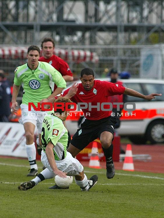 Fussball - Bundesliga<br />  VFL Wolfsburg vs SV Werder Bremen 2:0<br /> Der Wolfsburger Frank Greiner gr&permil;tsch dem Bremer St&cedil;rmer Ailton von vorne in die Beine<br /> [Foto &copy; nordphoto -  Foto ist honorarpflichtig! zzgl. gesetzl. MwSt.<br />  Belegexemplar erforderlich<br /> Adresse: nordphoto<br /> Georg-Reinke-Strasse 1<br /> 49377 Vechta