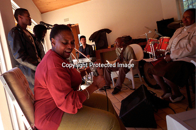disamus00012 South African jazz. Miriam Makeba rehearsing with her band in her home in Northridge, Johannesburg, South Africa , May 9, 2002..©Per-Anders Pettersson/iAfrika Photos
