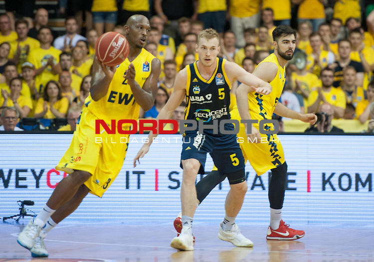 02.06.2019, EWE Arena, Oldenburg, GER, easy Credit-BBL, Playoffs, HF Spiel 1, EWE Baskets Oldenburg vs ALBA Berlin, im Bild<br /> Rickey PAULDING (EWE Baskets Oldenburg #23 )<br /> Niels GIFFEY (ALBA Berlin #5 )<br /> Foto © nordphoto / Rojahn