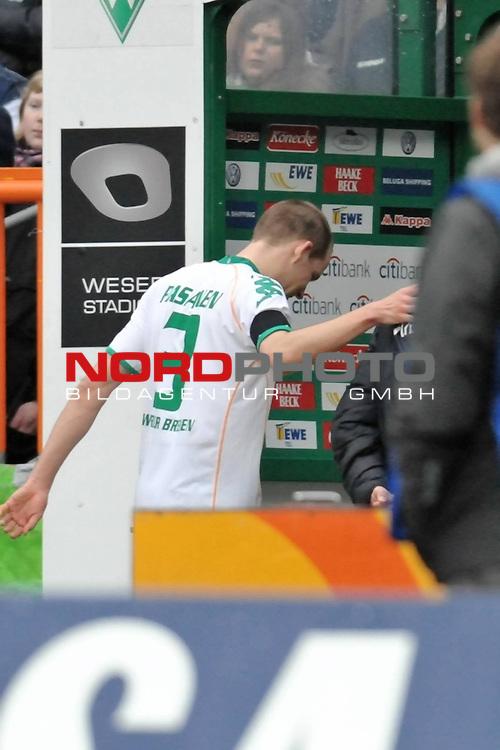 FBL 2008/2009 24. Spieltag Rueckrunde<br />  Werder Bremen - VFB Stuttgart<br /> <br /> Petri Pasanen ( Bremen FIN #3 ) verletzt <br /> <br /> Foto &copy; nph (nordphoto )