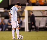 NEW JERSEY - UNITED STATES, 26-06-2016: Lionel Messi después de haber errado el cobro penal durante el encuentro entre Argentina (ARG) y Chile (CHI) durante partido por la final de la Copa América Centenario USA 2016 jugado en el estadio Metlife en New Jersey, NJ, USA. Chile derrotó a Argentina 4-2 en la tanda desde los tiros penal. / Lionel Messi shows his dejection after failing his shot during the penalty shoot-out in the match between Argentina (ARG) and Chile (CHI) for the final of the Copa América Centenario USA 2016 played at Metlife stadium in New Jersey, NJ, USA. Chile defeated Argentina with 4-2 in penalty shootout. Photo: VizzorImage/ Luis Alvarez /Str