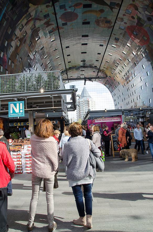 10okt2014<br /> Belangstellende kijker in de nieuwe markthal in Rotterdam.<br /> (c)renee teunis