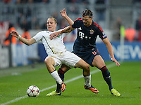 FUSSBALL   CHAMPIONS LEAGUE   SAISON 2013/2014   Vorrunde FC Bayern Muenchen - FC Viktoria Pilsen       23.10.2013 Daniel van Buyten (re, FC Bayern Muenchen) gegen Stanislav Tecl (li,  Viktoria Pilsen)