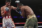 Rey Vargas retuvo su invicto y su cinturón  del CMB al derrotar a Oscar Negrete en elMadison Square Garden por decisión unánime