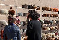 Verkauf von Fellm&uuml;tzen in der Altstadt Ichan Qala, Chiwa, Usbekistan, Asien<br /> Sale of fur hats in the  hitoric city Ichan Qala, Chiwa, Uzbekistan, Asia