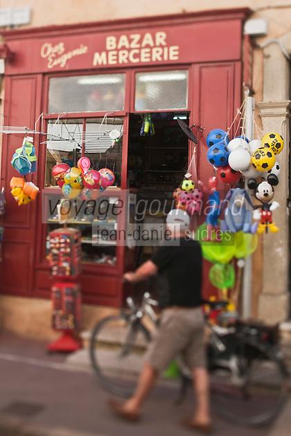 Europe/France/Provence -Alpes-Cote d'Azur/83/Var/Saint-Tropez: Devanture d'une Boutique: Bazar-Articles de plage et souvenir
