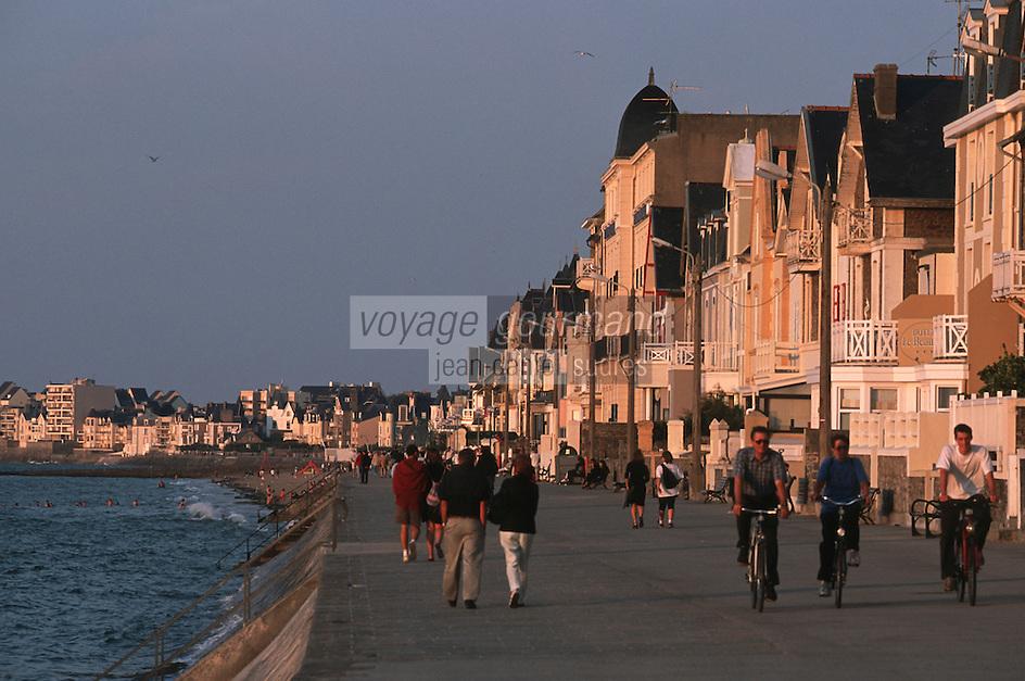"""Europe/France/Bretagne/35/Ille-et-Vilaine/Saint-Malo: Lumiere du soir sur le Sillon devant l'Hotel """"Beaufort"""""""