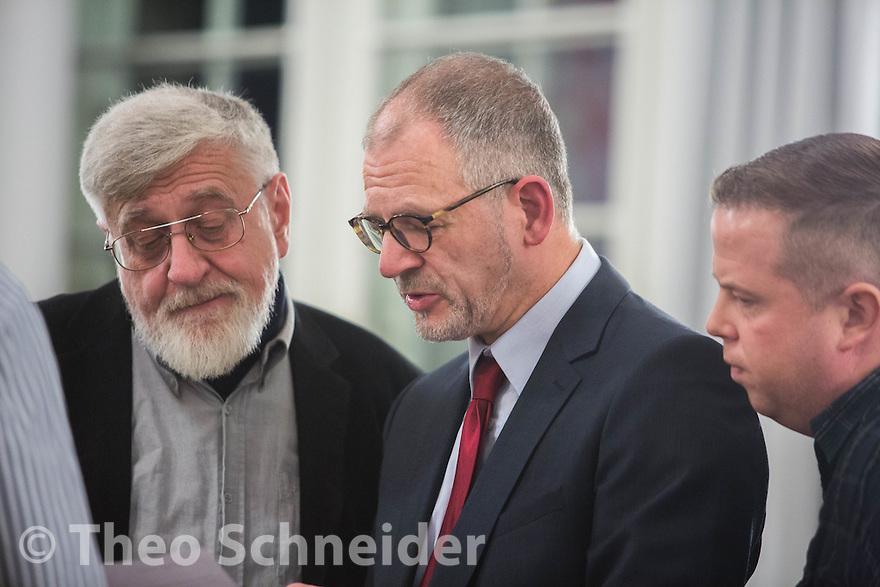 Kandidat der AfD für den Stadtrat in Neukölln, Bernward Eberenz (mitte) zwischen den Verordneten Andreas Lüdecke und Christian Blank. // Neuköllner AfD-Stadtrat bei zweiter BVV-Sitzung erneut nicht gewählt.
