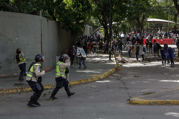 """CAR21. CARACAS (VENEZUELA), 10/07/2017.- Efectivos de la Policía Nacional Bolivariana se enfrentan a manifestantes opositores durante el """"trancazo"""" de este lunes 10 de julio de 2017, en Caracas (Venezuela). Manifestantes opositores y efectivos de la Guardia Nacional Bolivariana (GNB) se enfrentaron hoy en varios puntos de Caracas durante un nuevo corte de calles masivo convocado por la oposición en todo el país para protestar contra el proceso Constituyente impulsado por el Gobierno de Nicolás Maduro. EFE/Cristian Hernández"""