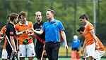 BLOEMENDAAL   - Hockey -  scheidsrechter Coen van Bunge met Xavi Lleonart Blanco (Bldaal) met Billy Bakker (A'dam) , Manu Stockbroekx (Bldaal) .. 3e en beslissende  wedstrijd halve finale Play Offs heren. Bloemendaal-Amsterdam (0-3).     Amsterdam plaats zich voor de finale.  COPYRIGHT KOEN SUYK