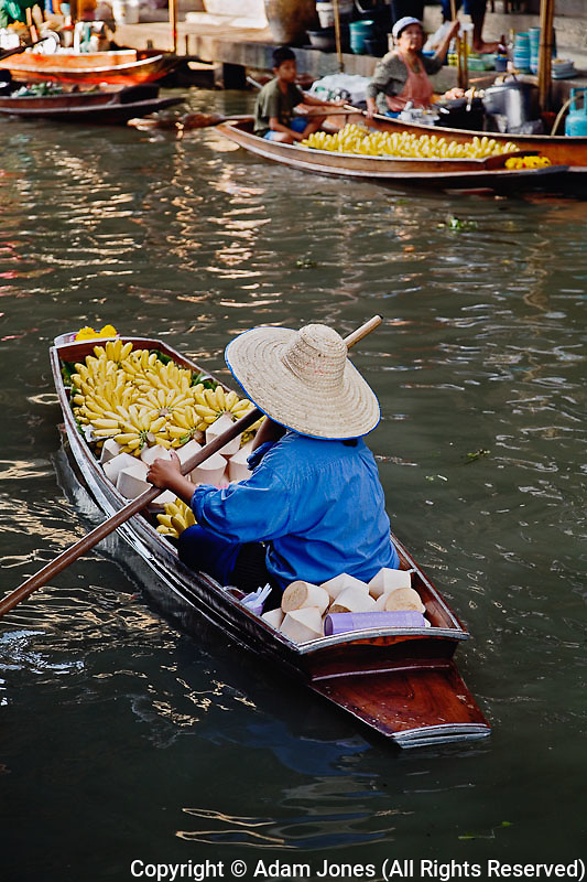 Thai woman at Damnoen Saduak Floating Market, Damnoen Saduak, Thailand