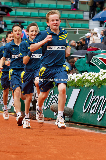 30-05-13, Tennis, France, Paris, Roland Garros, Ballkids running on court