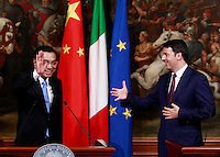 Il Primo Ministro cinese Li Keqiang ed il Presidente del Consiglio Matteo Renzi, a destra, salutano al termine di una conferenza stampa a Palazzo Chigi, Roma, 14 ottobre 2014.<br /> Chinese Prime minister Li Keqiang, left, and Italian Premier Matteo Renzi wave at the end of a joint press conference at Chigi Palace, Rome, 14 October 2014.<br /> UPDATE IMAGES PRESS/Isabella Bonotto