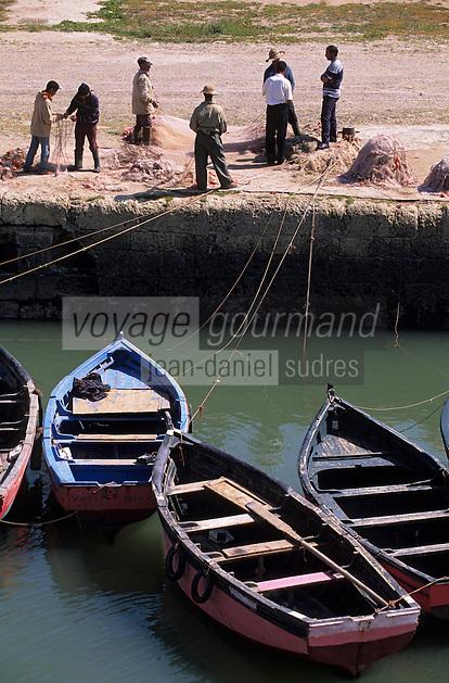Afrique/Maghreb/Maroc/El-Jadida : Le port de pêche, barques de pêcheurs et pêcheurs depuis les remparts de la Citadelle Portugaise