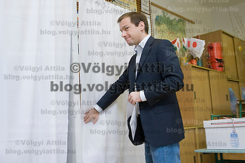Gordon Bajnai votes during the national polling for the European Parliamentary elections in Budapest, Hungary. Sunday, 07. June 2009. ATTILA VOLGYI