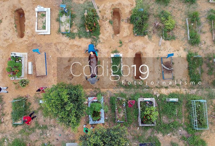 Manaus (AM), 05/04/2020 - Coronavirus-Manaus - Mais uma vitima do Covid-19 e enterrada em Manaus, na tarde deste domingo (5), no cemiterio Parque Manaus, na zona norte da cidade. 13 mortes confirmadas pela Fundacao de Vigilancia em Saude (FVS). (Foto: Sandro Pereira/Codigo 19/Codigo 19)