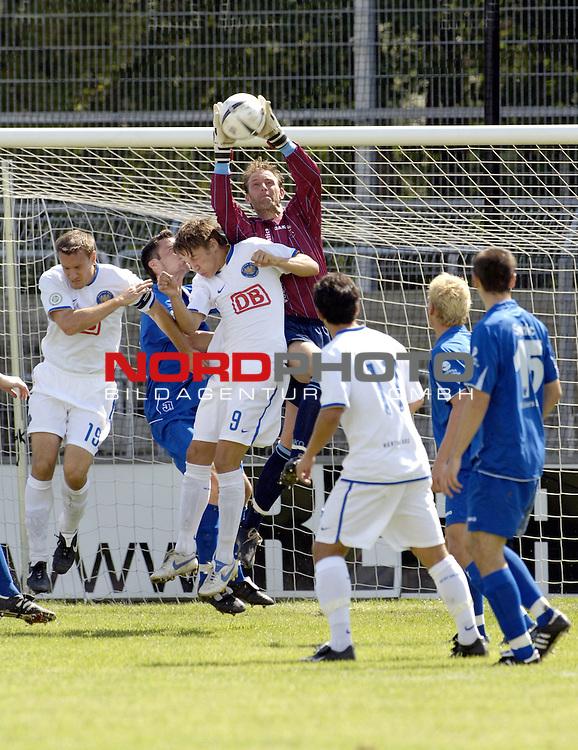 RLN 2006/2007 - 4.Spieltag Hinrunde; BSV Kickers Emden - Hertha BSC II<br /> Kickers Torwart Sven Hoffmeister h&scaron;lt den Ball<br /> Foto &copy; nordphoto