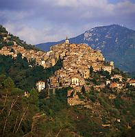Italy, Liguria, Apricale: hilltop village and wine-growing region at Merdanzo Valley | Italien, Ligurien, Apricale: Berdorf und Weinbauort im Merdanzo Tal, einem Nebental des Nervia