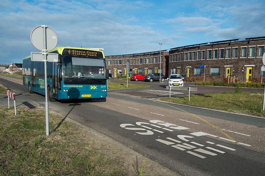 Nederland, Almere, 25 nov 2013<br /> Almere de Poort. Woonwijk met busbaan voor lijnbus.<br /> Foto: Michiel Wijnbergh