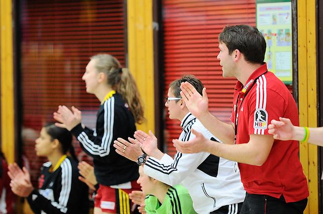 BENSHEIM, DEUTSCHLAND - MAERZ 15: 2. Spieltag in der Abstiegsrunde der Handball Bundesliga Frauen (HBF) in der Saison 2013/2014 zwischen dem Tabellenletzten HSG Bensheim/Auerbach (rot) und dem Tabellenersten der Abstiegsrunde, der HSG Blomberg-Lippe (blau) am 15. Maerz 2014 in der Weststadthalle Bensheim, Deutschland. Endstand 29:32. (16:15)<br /> (Photo by Dirk Markgraf/www.265-images.com) *** Local caption *** Physiotherapeut Nico Hoelzel von der HSG Bensheim/Auerbach