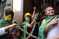 ATENCAO EDITOR: FOTO EMBARGADA PARA VEICULOS INTERNACIONAIS. SAO PAULO, SP, 10 DE DEZEMBRO DE 2012 - Membros de organizacoes e frentes por moradia se acorrentaram na entrada do Edificio Martinelli no inicio da tarde desta segunda feira, 10. Cerca de 150 pessoas protestam por moradia no local. FOTO: ALEXANDRE MOREIRA - BRAZIL PHOTO PRESS.