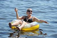 SKUTSJESILEN: DE VEENHOOP: 20-07-2013, SKS skûtsjesilen, afgelast wegens te weinig wind, publiek zoekt verkoeling op het water, ©foto Martin de Jong