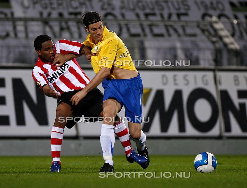 Nederland, Waalwijk, 28 oktober 2006 .Eredivisie .Seizoen 2006-2007 .RKC Waalwijk-PSV (0-3).Ivan Vicelich (r) van RKC Waalwijk duwt Jefferson Farfan van PSV weg.