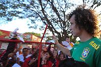BRASILIA, DF, 06.08.2013 - TREINO SELECAO BRASILEIRA - David Luiz concede autógrafos durante treino da seleção brasileira de futebol no Centro de Capacitação Física do Corpo de Bombeiros, em Brasília, nesta sexta-feira (06). A equipe prepara-se para o amistoso contra a Austrália, marcado para este sábado (7) no estádio Mané Garrincha.. (Foto: Vanessa Carvalho / Brazil Photo Press).