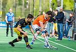 BLOEMENDAAL -  Tim Swaen (Bldaal) met Jasper Tukkers (Den Bosch) tijdens de hoofdklasse competitiewedstrijd hockey heren,  Bloemendaal-Den Bosch (2-1).  COPYRIGHT KOEN SUYK