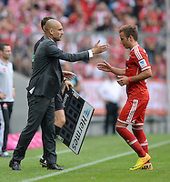 Fussball  1. Bundesliga  Saison 2013/2014  3. Spieltag FC Bayern Muenchen - 1. FC Nuernberg       24.08.2013 Auswechslung; Trainer Pep Guardiola (li, FC Bayern Muenchen) klatscht Mario Goetze (FC Bayern Muenchen) ab
