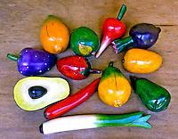 Frutas e legumes em madeira, artesanato equatoriano.  Foto de Manuel Lourenço.