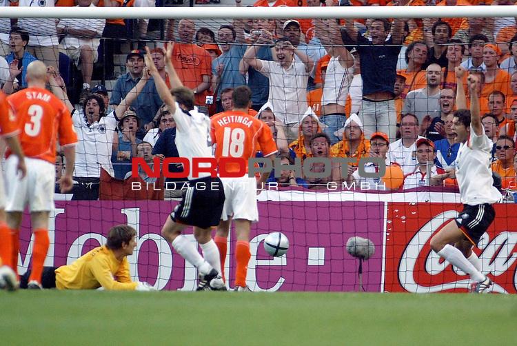 Europameisterschaft 2004 Portugal<br /> <br /> Deutschland - Niederlande<br /> <br /> 1:0 fuer Deutschland, nach einem Freistoss von Torsten Frings ( nicht im Bild ) <br /> <br /> Foto &copy; nordphoto<br /> <br /> <br /> <br /> <br /> <br /> <br /> <br />  *** Local Caption *** Foto ist honorarpflichtig! zzgl. gesetzl. MwSt.<br /> <br />  Belegexemplar erforderlich<br /> <br /> Adresse: nordphoto<br /> <br /> Georg-Reinke-Strasse 1<br /> <br /> 49377 Vechta<br /> <br /> Telefon: 04441-89400 / Fax: 04441-894022