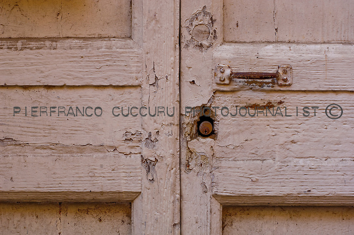 via usai porte, portoni, maniglie e serrature di sassari, Italia<br /> doors, handles and locks in Sassari, Italy