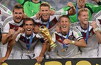 FUSSBALL WM 2014                       FINALE   Deutschland - Argentinien     13.07.2014 DEUTSCHLAND FEIERT DEN WM TITEL: Miroslav Klose, Philipp Lahm, er15, Bastian Schweinsteiger und Andre Schuerrle (v.l.) jubeln mit dem WM Pokal
