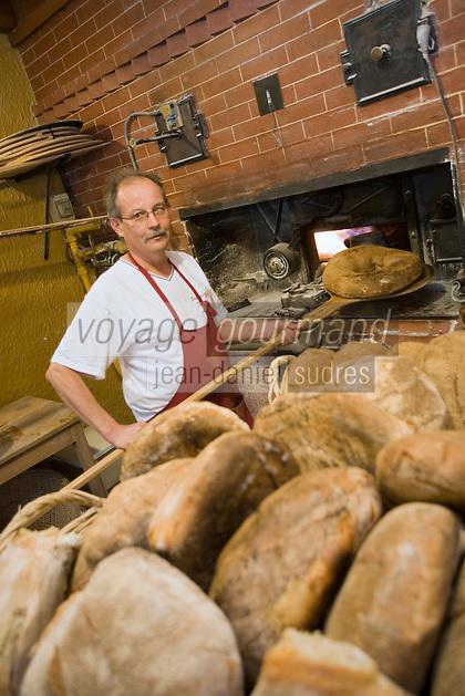 Europe/France/Rhône-Alpes/73/Savoie/ env de Chambéry/Voglans: Jean-Pierre Vincent   boulanger pain de campagne au levain devant son four - Boulangerie Vincent