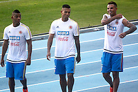 BARRANQUILLA - COLOMBIA - 06-10-2015: Frank Fabra, Fredy Guarin y Edwin Cardona jugadores de la seleccion Colombia de futbol durante el segundo día de entrenamiento en el Polideportivo de la Universidad Autonoma del Caribe antes de su encuentro contra  la seleccion del Perú por la calsificación a la Copa Mundial de la FIFA Rusia 2018.  / Frank Fabra, Fredy Guarin and Edwin Cardona players of the Soccer Colombia Team during the first day of training at Polideportivo of the Universidad Autonoma del  Caribe before match against of Peru Soccer team for the qualifying to 2018 FIFA World Cup Russia.<br /> Russia. Photo: VizzorImage / Alfonso Cervantes / Cont