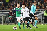 Ilkay Gündogan (Deutschland Germany) gegen Stephen Davis (Nordirland, Northern Ireland)- 11.10.2016: Deutschland vs. Nordirland, HDI Arena Hannover, WM-Qualifikation Spiel 3