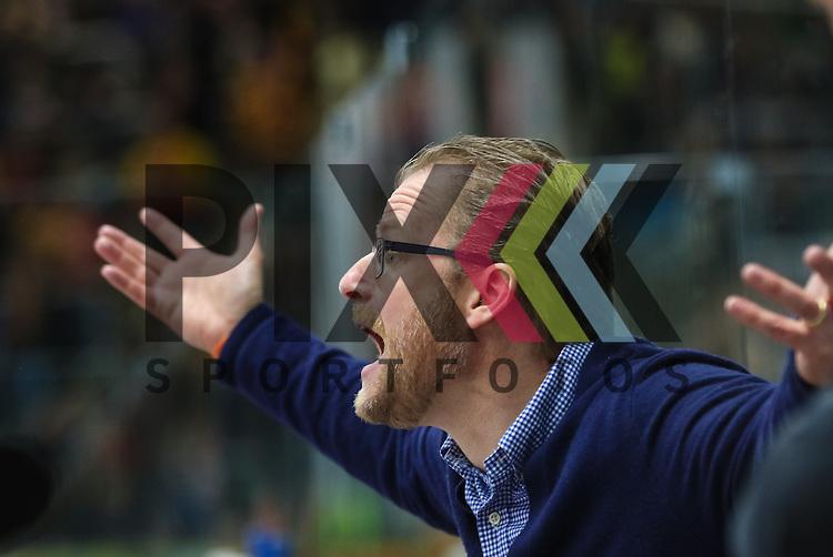 Christof Kreutzer (Trainer D&uuml;sseldorfer EG), ruft, schreit, lautstark, auf der Trainerbank,<br /> <br /> Augsburger Panther vs. D&uuml;sseldorfer EG, 23. Spieltag, 04.12.2015, beim Spiel in der DEL Augsburger Panther - Duesseldorfer EG.<br /> <br /> Foto &copy; PIX-Sportfotos *** Foto ist honorarpflichtig! *** Auf Anfrage in hoeherer Qualitaet/Aufloesung. Belegexemplar erbeten. Veroeffentlichung ausschliesslich fuer journalistisch-publizistische Zwecke. For editorial use only.