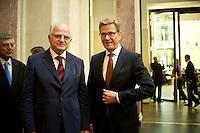 Berlin, Aussenminister Guido Westerwelle (FDP, r.) und der Präsident des Parlaments der Republik Kroatien, Josip Leko am Freitag (07.06.13) im Bundesrat nach der Abstimmung über den EU-Beitritt von Kroatien. Der Bundesrat stimmte für die Aufnahme Kroatiens als EU-Mitglied. Nach zehnjährigem Aufnahmeverfahren soll das Land am 1. Juli als 28. Mitglied in die EU aufgenommen werden. Foto: Steffi Loos/CommonLens