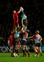 Saracens' George Kruis and Harlequins' Matt Symons<br /> compete for a line out<br /> <br /> Photographer Bob Bradford/CameraSport<br /> <br /> Gallagher Premiership - Harlequins v Saracens - Saturday 6th October 2018 - Twickenham Stoop - London<br /> <br /> World Copyright &copy; 2018 CameraSport. All rights reserved. 43 Linden Ave. Countesthorpe. Leicester. England. LE8 5PG - Tel: +44 (0) 116 277 4147 - admin@camerasport.com - www.camerasport.com
