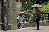 SAO PAULO, SP, 12 DE DEZEMBRO DE 2012 - Paulistano vive tarde quente e ensolarada nesta quarta feira, regiao central da capital. FOTO: ALEXANDRE MOREIRA - BRAZIL PHOTO PRESS.