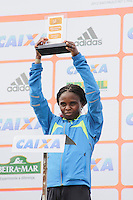 SAO PAULO, SP, 04 DE MARCO DE 2012 - MEIA MARATONA INTERNACIONAL DE SAO PAULO -  A atleta queniana Pasalia Chepkorir recebe o trofeu apos vencer a  Meia Maratona Internacional de Sao Paulo, na Praça Charles Muller, na manhã deste domingo (04) na capital paulista.(FOTO: WARLEY LEITE - BRAZIL PHOTO PRESS).