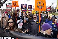 JL13 FORT MEADE (EE.UU.), 17/12/2011.- Decenas de personas muestran su apoyo al soldado estadounidense Bradley Manning, acusado de filtrar miles de documentos secretos de EEUU a WikiLeaks, en el exterior de Fort George Meade (Maryland, EE.UU.) durante el segundo día de la audiencia que se celebra contra él en Fort George Meade hoy, sábado 17 de diciembre de 2011. EFE/Jim Lo Scalzo